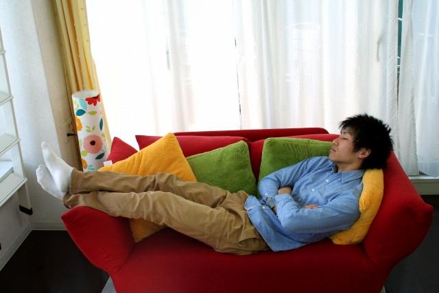 ソファで寝る旦那